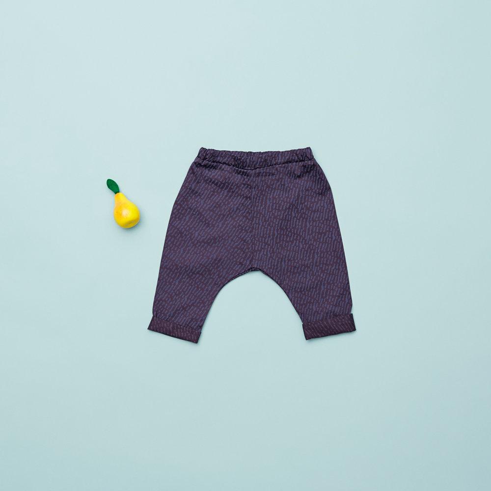 En af vores favoritter i denne samling til drenge i størrelse 74, er de seje baggy bukser med print. Sammen med en body, er de perfekte til den lille dreng, der vil frem over gulvet.
