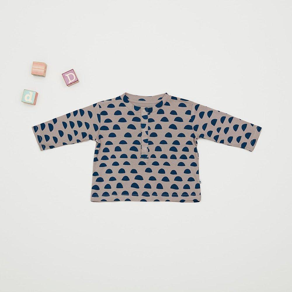 En af vores favoritter til drengene i størrelse 86, er den flotte beige drenge bluse med sky-print. Den er så fin til de små drenge og har fået trykknapper ved halsen, så den er let at tage på og af.