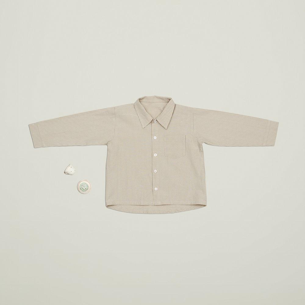 En af vores favoritter til drengene i størrelse 92, er den lækre klassiske drenge skjorte med krave og knapper. Skjorten er ligesom resten af VIGGA tøjet fremstillet af GOTS certificeret økologisk bomuld.