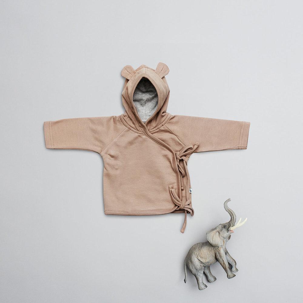 En af vores favorit designs til de små nyfødte i størrelse 52, er den lille brune cardigan med bindebånd og små ører på hætten. Det er slet ikke til at stå for.
