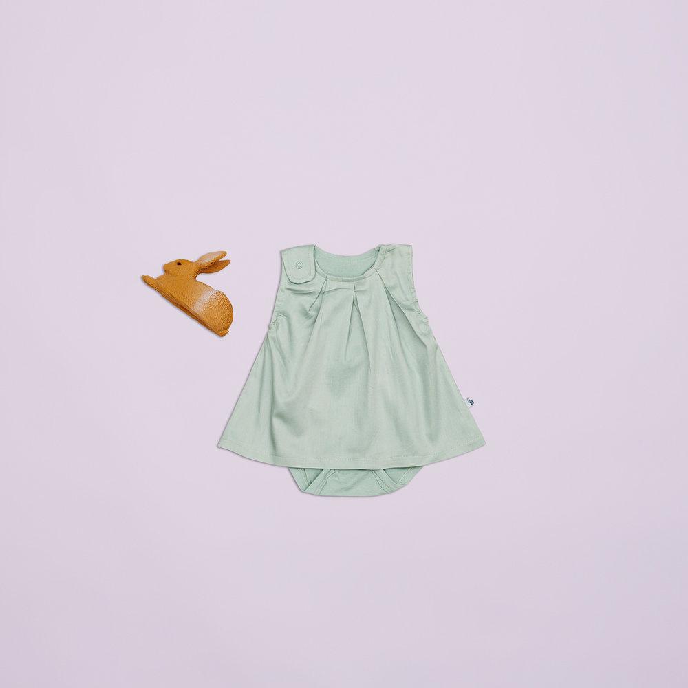 En favorit til pigerne i størrelse 56 er den lille mintgrønne kjole med indbygget body, læg og trykknapper.