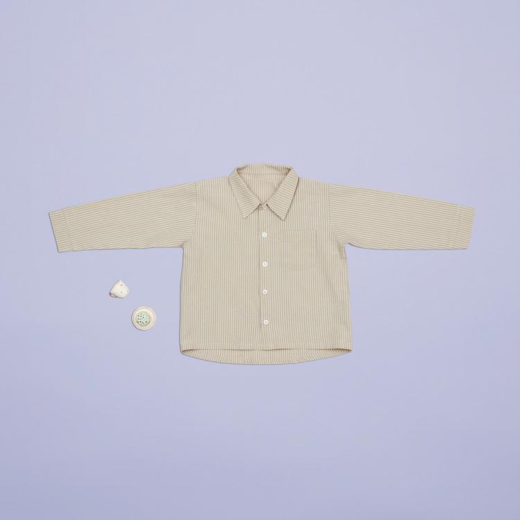 En af favoritterne til de store piger i størrelse 92 er den klassiske stribede skjorte med knapper og krave. Den er sød med leggings og en nederdel.