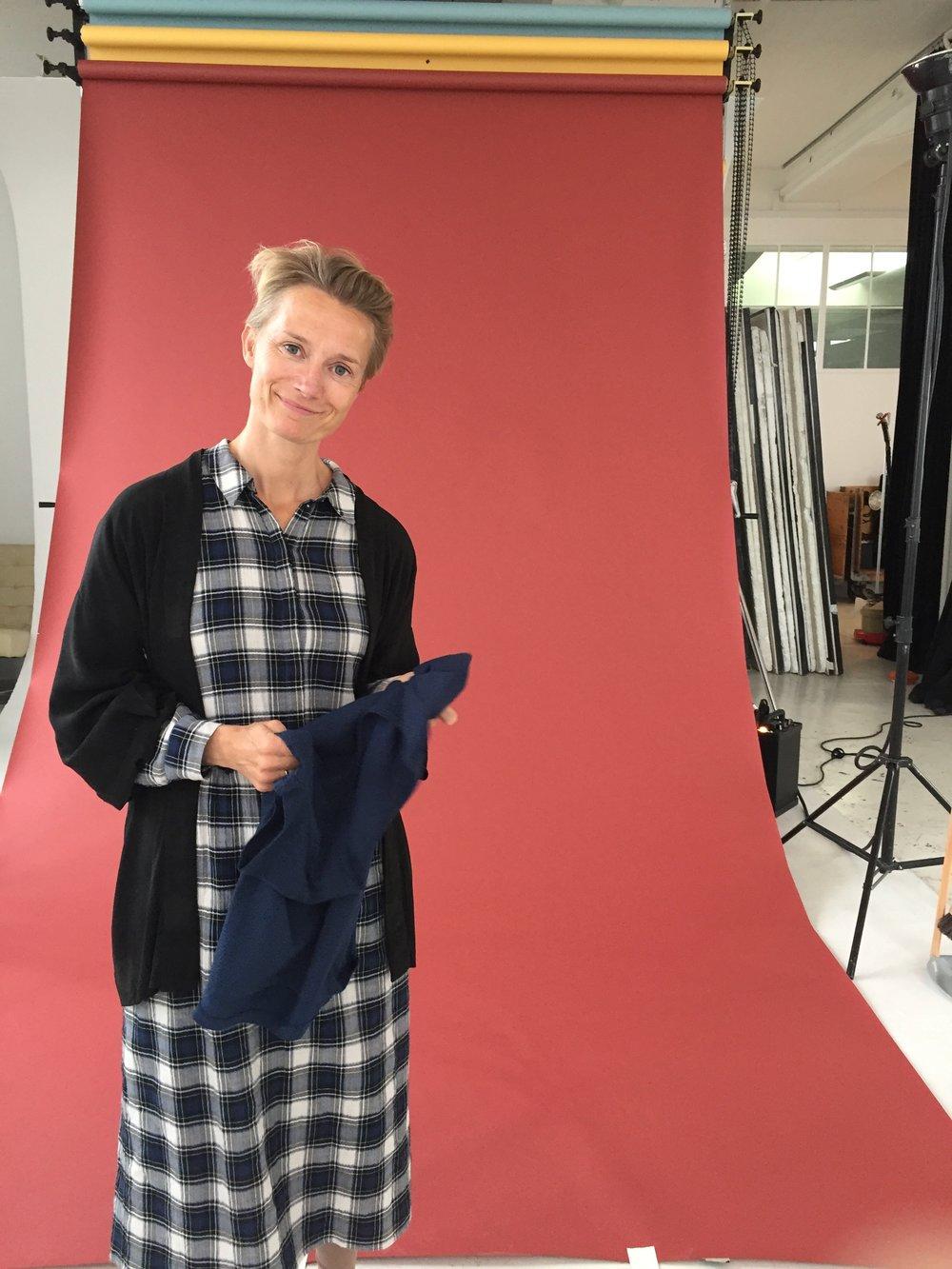 Vigga med en blød kjole fra den kommende VIGGA Ventetøj kollektion.