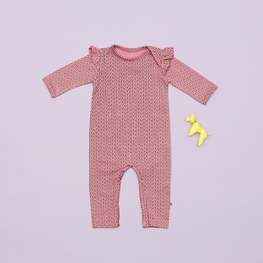 Den rosa heldragt er perfekt til de små piger. Prikkerne og de små flæser ved skuldrene gør den bare ekstra sød.