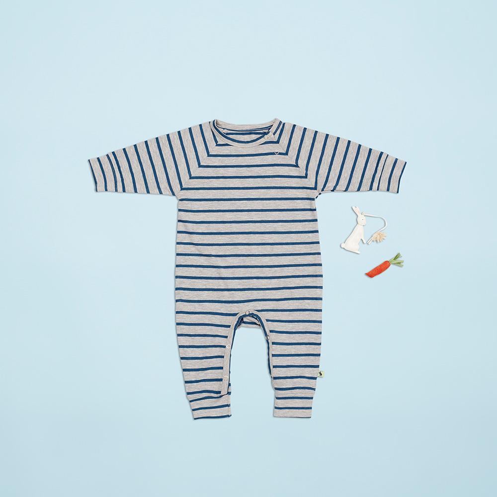 En af favoritterne til de små drenge er denne lækre dragt med navyblå striber.