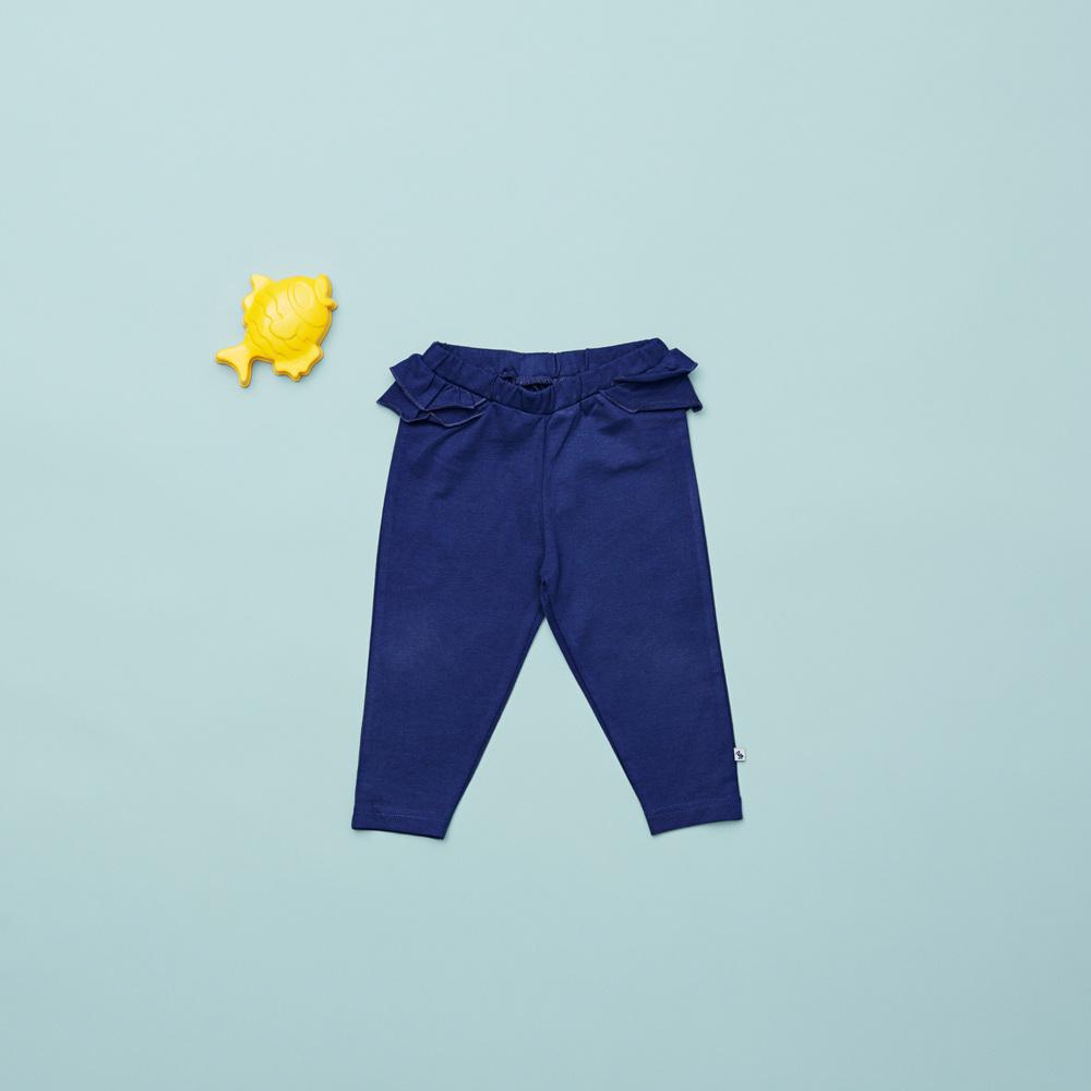 Vi er vilde med de lækre blå jersey bukser med flæser til de små piger.