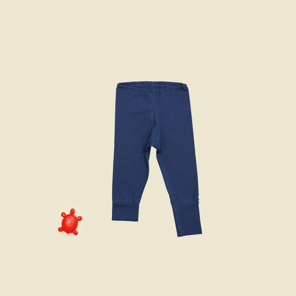 Der er forskel på babyer. Derfor har vi designet de blå bukser, så benlængden er fleksibel.
