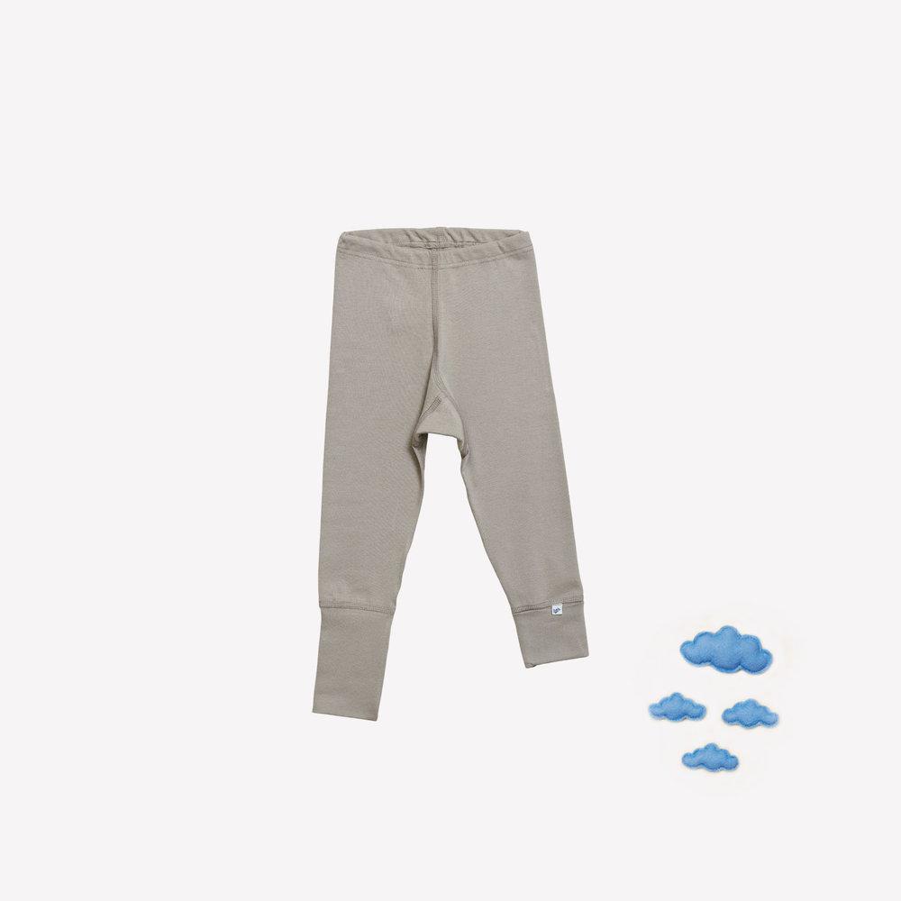 Ikke alle små pigeben er lige lange. Derfor har vi designet bukserne med fleksibel benlængde.