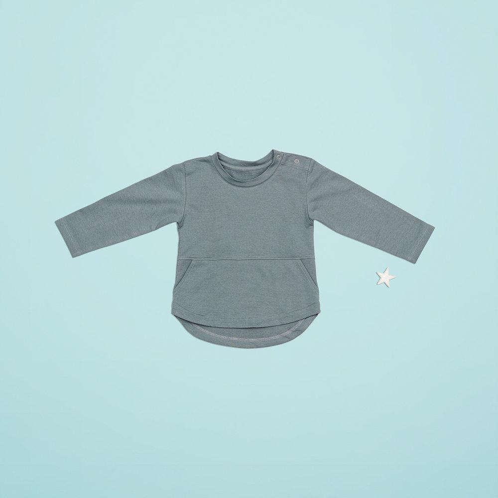 En af de lækre bluser til drengene i størrelse 92. Perfekt med lommer til sten, biler og dimser.