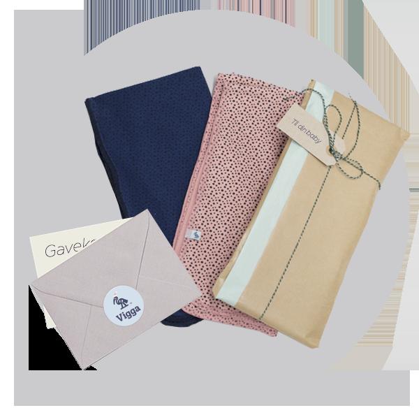 Med en voucher til 1 måneds abonnement følger et lunt VIGGA Babytæppe i blå eller rosa med prikker.Tæppet er lavet i blødt dobbelt lag økologisk bomuld og måler 60 x 60 cm. Samlet værdi 608 kr. Du får voucher med det samme, og babytæppet pakker vi pænt ind og sender til modtageren. Skriv ønske til farve efter dit fornavn når du bestiller.