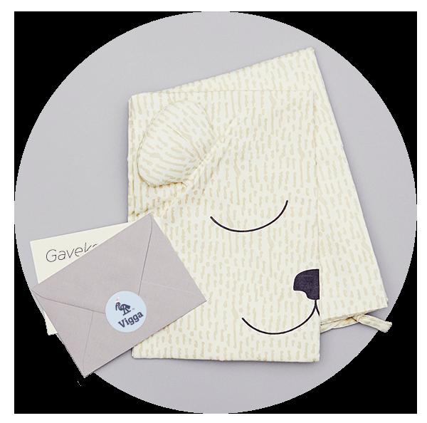 Med et gavekort til 3 måneders babytøj abonnement følger det populære VIGGA Sengesæt til baby. Sengesættet er fremstillet i økologisk bomuld. Puden er pyntet med et sødt bamse ansigt og små ører. Samlet værdi 1.477 kr. Du får voucher med det samme. Vi pakker sengesættet pænt ind og sender til den heldige modtager.