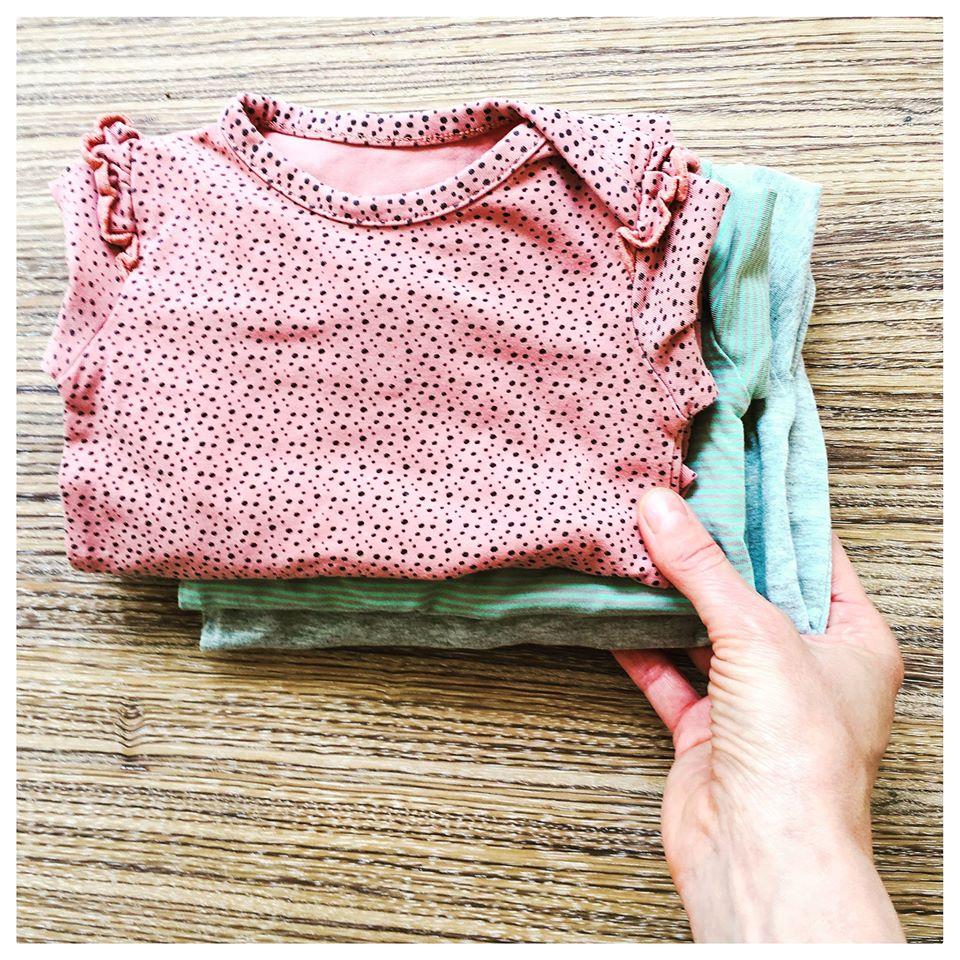Disse tre heldragter, har indtil nu cirkuleret hos otte VIGGA babyer. Fordi de produceres i så høj økologisk kvalitet er der sparet over 60.000 liter vand, ved at dele de tre stykker tøj, sammenlignet med den traditionelle måde at forbruge børnetøj på.