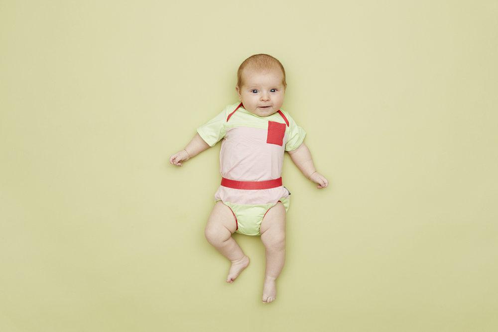 Vælg mellem det rosa eller blå sæt Fairtrade Badetøj fra VIGGA x Patagonia. Bukserne er sikret mod lækager.