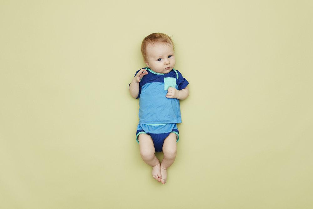 Fairtrade Badetøj fra VIGGA x Patagonia. T-shirt og badebukser fås i størrelse 0-24 måneder for 79 kr. per måned.