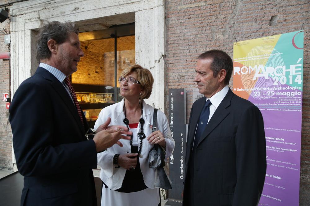 Da destra: Aldo Sciamanna (Presidente della Fondazione Dià Cultura), Lucrezia Ungaro (Sovraintendenza Capitolina ai Beni Culturali) e Angelo Bucarelli (Ufficio Stampa; Fondazione Dià Cultura) durante la serata inaugurale