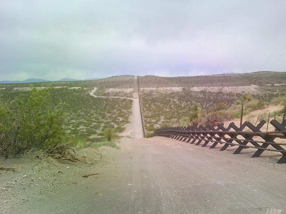 Mexico, border barrier (by wikimedia.commons)