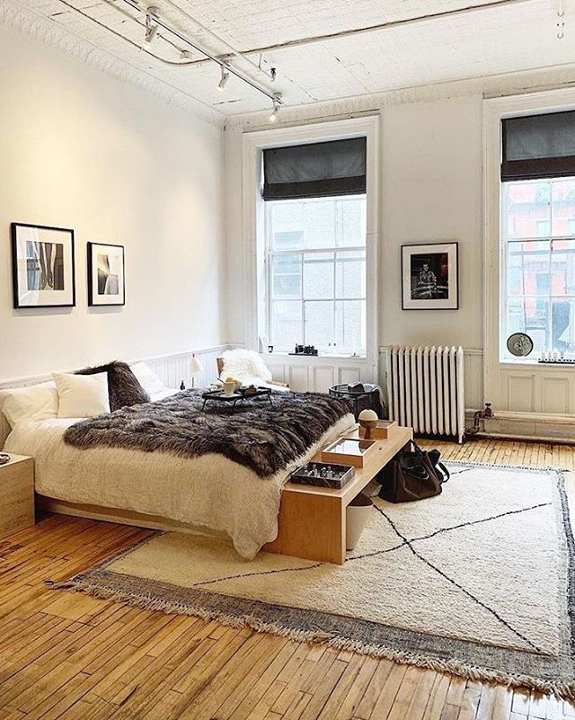 Bedrooms don't need much, just a cozy bed and key pieces that make you feel right at home. 📷 @mvb
