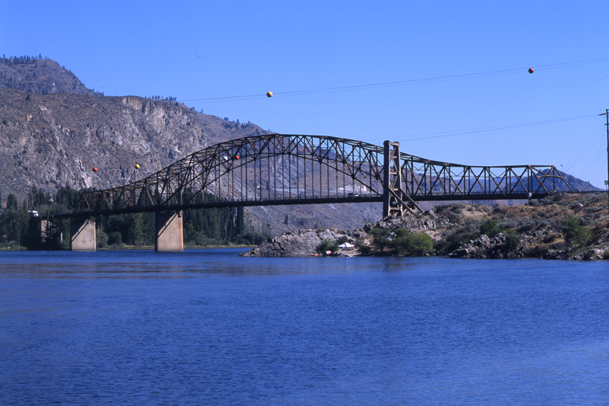 Beebe Bridge, crossing the Columbia between Chelan and the McNeil Canyon area. By Mikel M. Louder Photography, via Wikimedia Commons