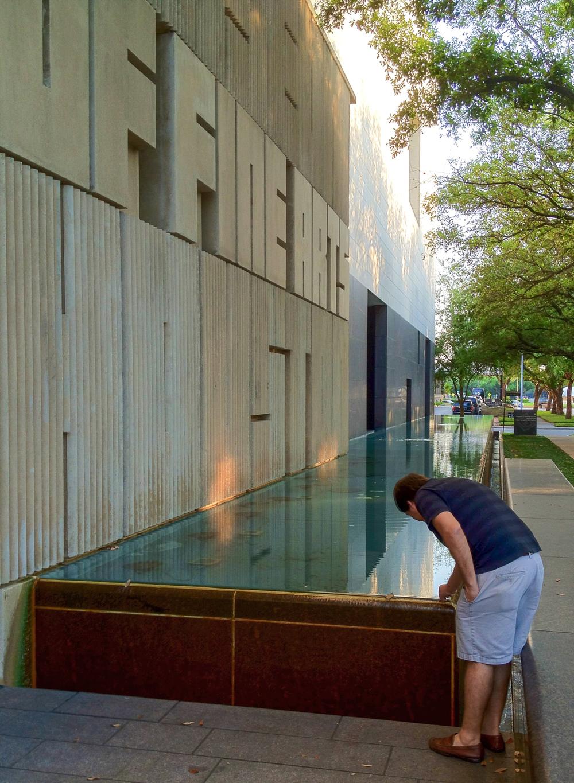 """En esta imagen, el arquitecto Cubilla, """"viendo con sus manos"""" como Rafael Moneo resuelve un detalle en el Museum of Fine Arts Houston. Foto:Luis Ayala"""