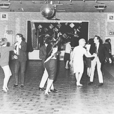"""""""Platéia animada de 18 pessoas dançando ao som dos Beatles, em Aldershot, Inglaterra, circa 1961, um ano e meio antes da fama. Todo mundo começa pelo começo. Apenas comece."""" - Da querida Rafa Cappai."""