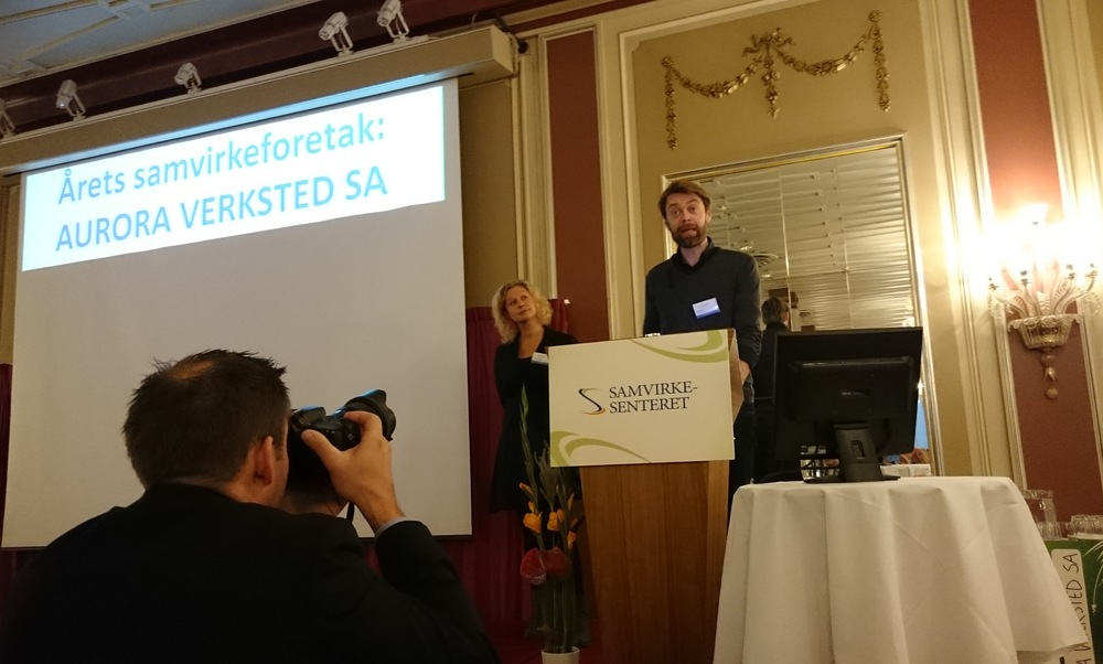 Styreleder Ove Helset og daglig leder Sina Langfeldt mottar prisen på vegne av Aurora Verksted