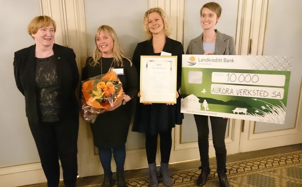 Juryens formann og styreleder i Coop Norge SA Lisbeth Bull Husby med Auroras designsjef Trine Dreyer, daglig leder Sina Langfeldt og administrasjonsmedarbeider Marthe Schierenbeck.