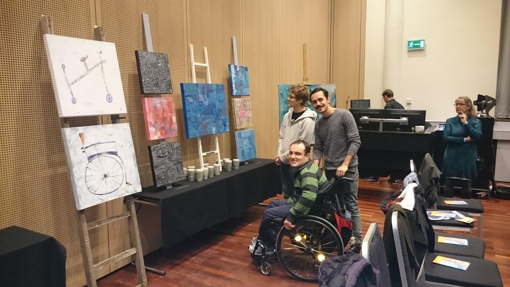 Karl Martin og John Terje beundrer utstillingen sammen med kunstnere Lucas og Anne Grethe