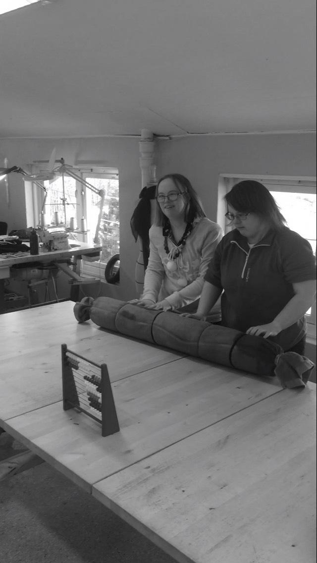 Det ligger mye jobb bak de tovede nunofilt-produktene vår, her er Mona og Inger Anne i full sving med rulling.
