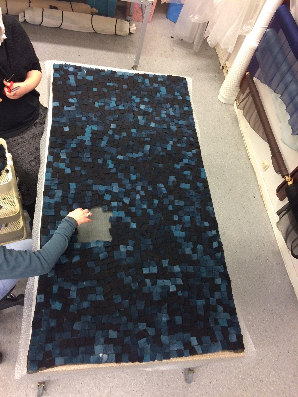 Det tilfeldige i mosaikkmønsteret er også det som gjør det så fint, her legges ullbiter på silkestoff.