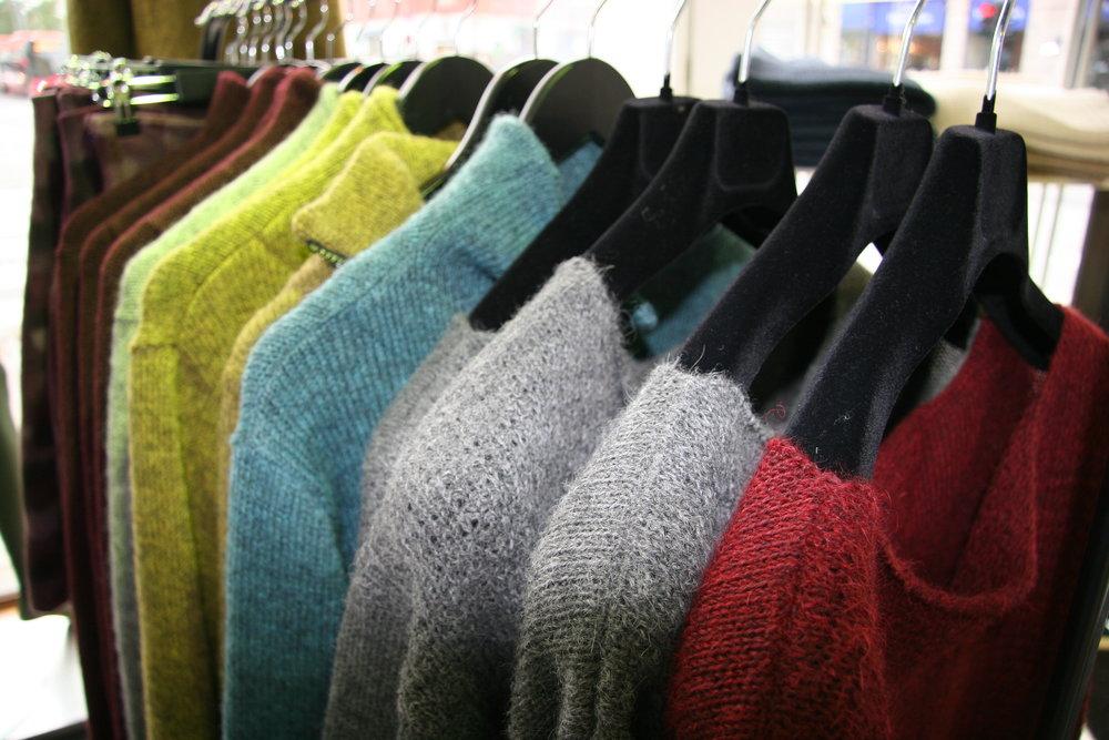 Vi har strikket alpakka i alle former og farger, så du kan holde deg god og varm hele høsten. -