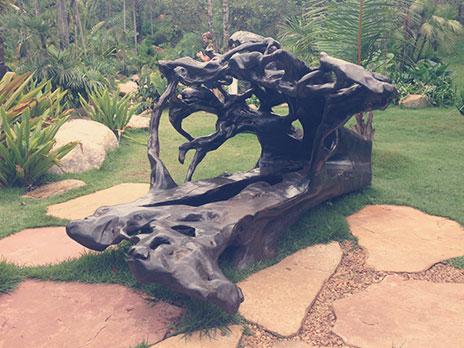 Um dos bancos feitos a partir de troncos de árvores que caem, porHugo França
