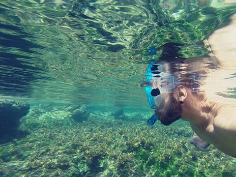 Explorando por entre os coraisem uma das piscinas da trilha do Abreus