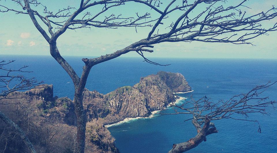 Mirante para a ponta da Sapata, região buscada por mergulhadores pela presençado naufrágio do Corveta V-17 da Marinha do Brasil. Outro fato interessante: é o local da ilha que aponta para o continente.