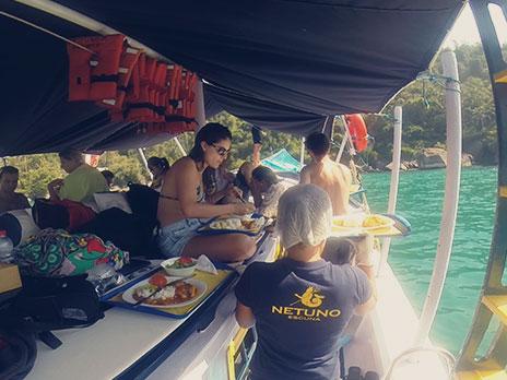Parada em algum restaurante? Que nada. O almoço foi servido dentro do próprio barco.