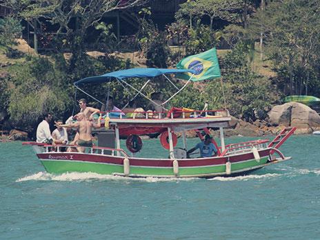 Se você tiver em galera,uma opção para curtir as praias de Paraty é alugar um barco.