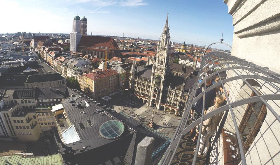 Vista panorâmica de Munique do alto da St. Peter Kirche.