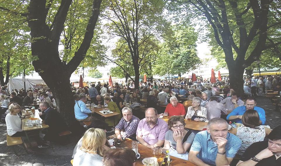 Nesse mercado, por ser um lugar público a céu aberto, as pessoas só podem consumir bebida alcoólica se tiverem uma mesa e sentadas.