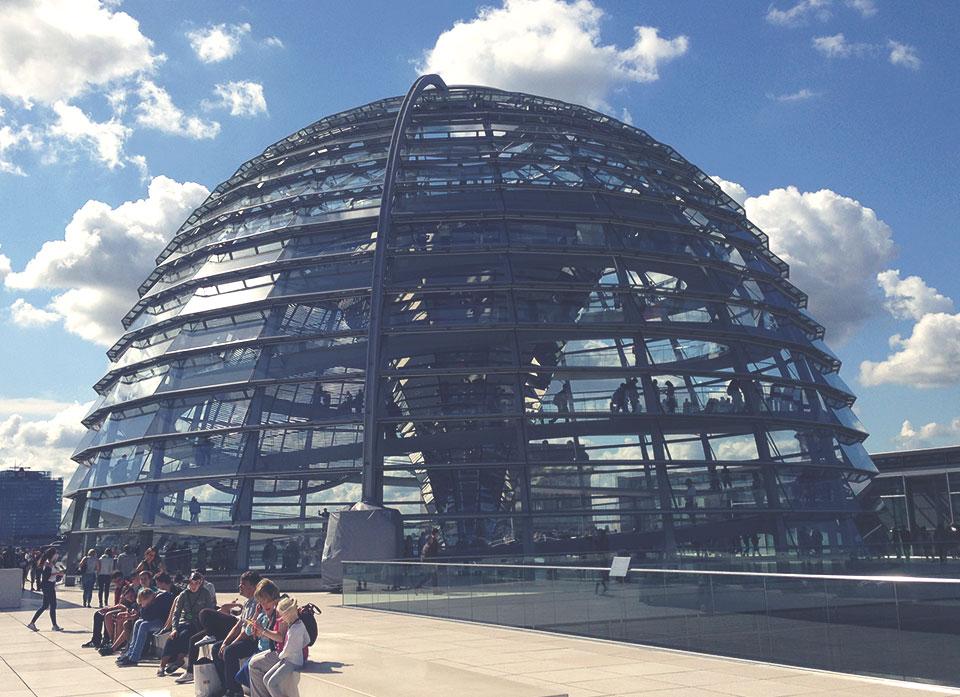 Cúpula de vidro no topo do Reichstag, de onde se pode ter uma vista em 360 graus de Berlim. A engenharia da cúpula faz com que todo o interior do Reichstag seja resfriado, como se fosse um ar condicionado gigante.