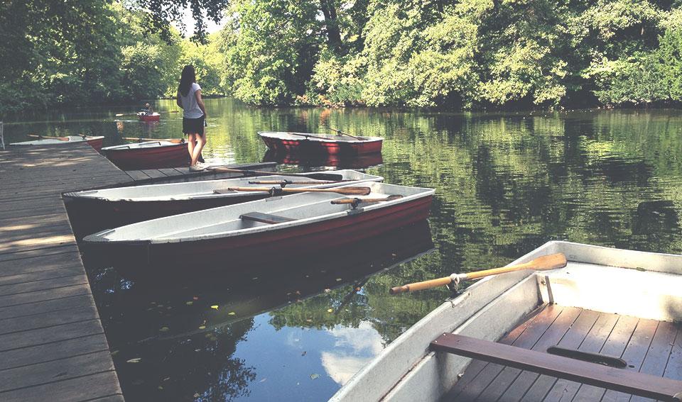 Biergarten dentro do Tiergarten com barcos para que você possa explorar o Lago Neuer See.
