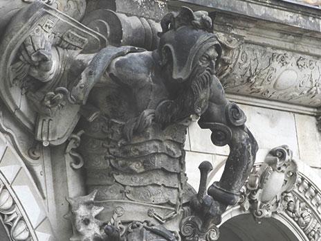 Marcas de fogo em estátua no centro da Altstadt.