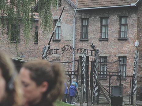 """Portal de entrada do campo. O letreiro """"Arbeit Macht Frei"""" significa """"O trabalho liberta""""."""