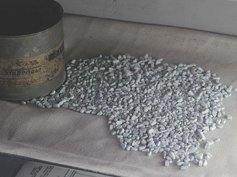Amostra mockup do Zyklon B, produto que era jogado dentro das câmaras de gás para envenenar os condenados à morte. O Zyklon B tem forma sólida, porém se torna gás ao entrar em contato com o ar e é extremamente tóxico.