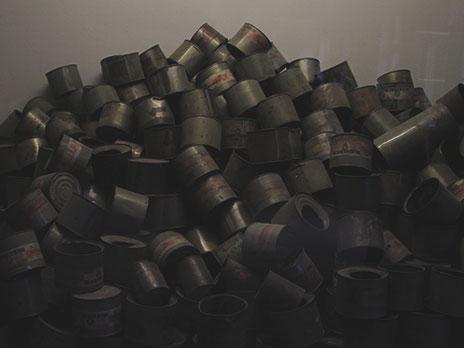 Algumas cápsulas de Zyklon B descartadas após uso.