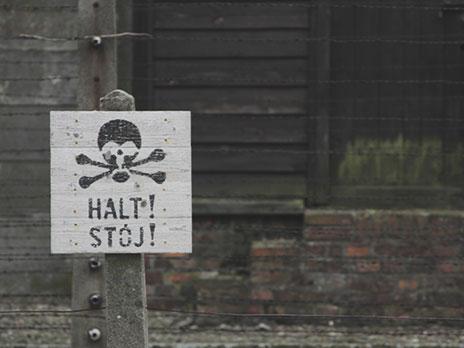 """""""HALT!"""" - significa """"PARE!"""" em alemão. """"STÓJ!"""" tem o mesmo significado em polonês."""