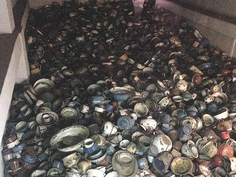 Utensílios de cozinha que eram tomados dos prisioneiros que chegavam no campo.