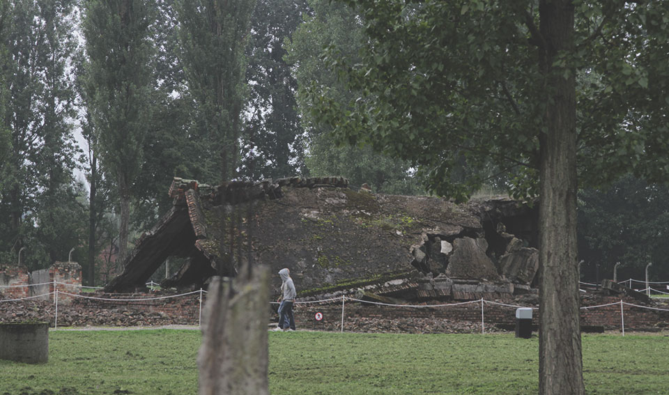 Ruínas da câmara de gás principal dentro do campo de Auschwitz. Ela foi destruída com dinamite pelos próprios nazistas, assim que souberam que o exército vermelho se aproximava. O objetivo era esconder os crimes contra a humanidade que cometiam aqui.