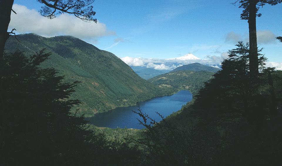 Mirante para o Lago Tinquilco (depois de algumas horas de caminhada). Lá no fundo, o vulcão Villarica.