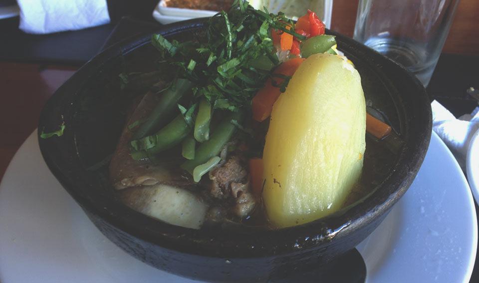 Cazuela, comida típica chilena. Uma espécie de sopa com carnes suína e bovina e legumes.