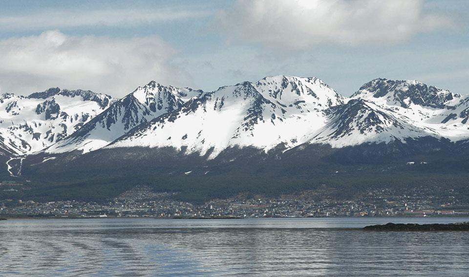 Vista de Ushuaia a partir de uma embarcação no Canal Beagle.