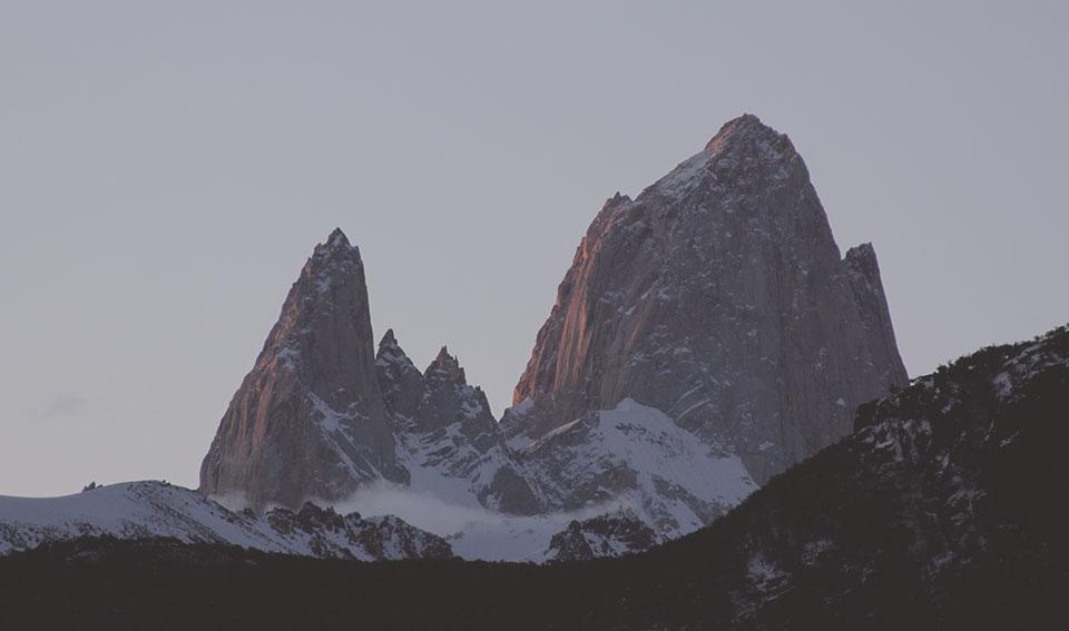 Monte Fitz Roy fotografado da cidade de El Chaltén, sob a luz do final do dia